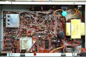 Радиоприемник Kenwood R-600 без нижней крышки