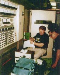 Директор радиостанции Доминадор Виллар  с сотрудниками возле передатчика