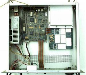 Радиоприемник Watkins Johnson HF 1000 без верхней крышки