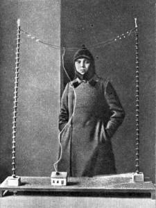 Сергей Волков возле модели своего изобретения